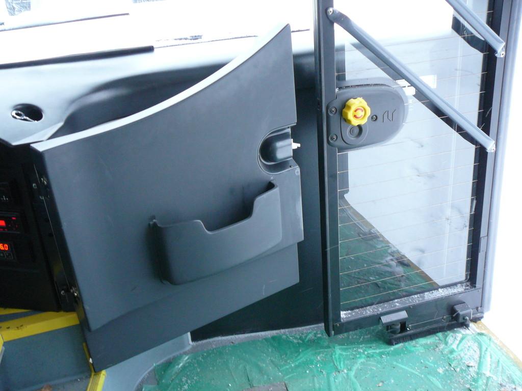 Водительская калитка, даже распахнувшись во всю ширь, не дотягивается до открытой створки передней двери