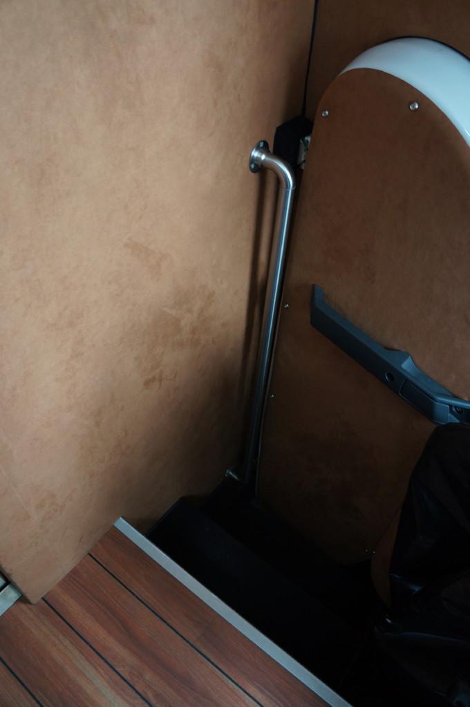Вход в кабину либо через дверь по левому борту, либо из рабочего модуля через проход в кормовой стенке