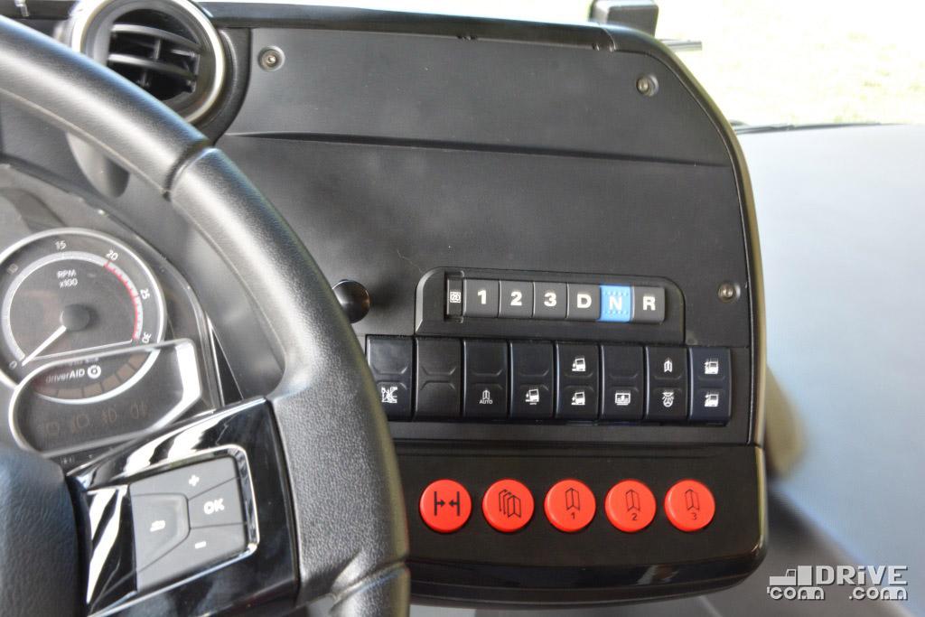 """Обилие кнопок системы книлинга - тоже не бутафория. Автобус может как """"кланяться"""" всем бортом, так и конкретной дверью, через которую в данный момент осуществляется выход"""