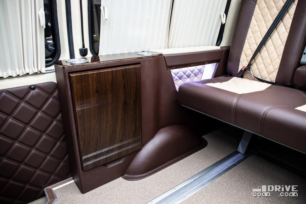 Столики в сложенном состоянии совершенно не препятствуют перемещению диванов по салону