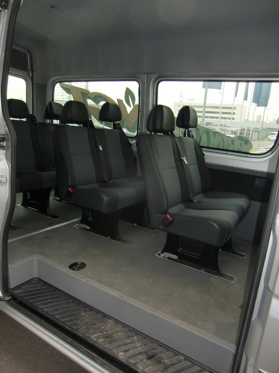 Стандартный салон на 8 пассажирских мест. Никакого присутствия баллонов и какого-либо намека на наличие газа в машине не наблюдается