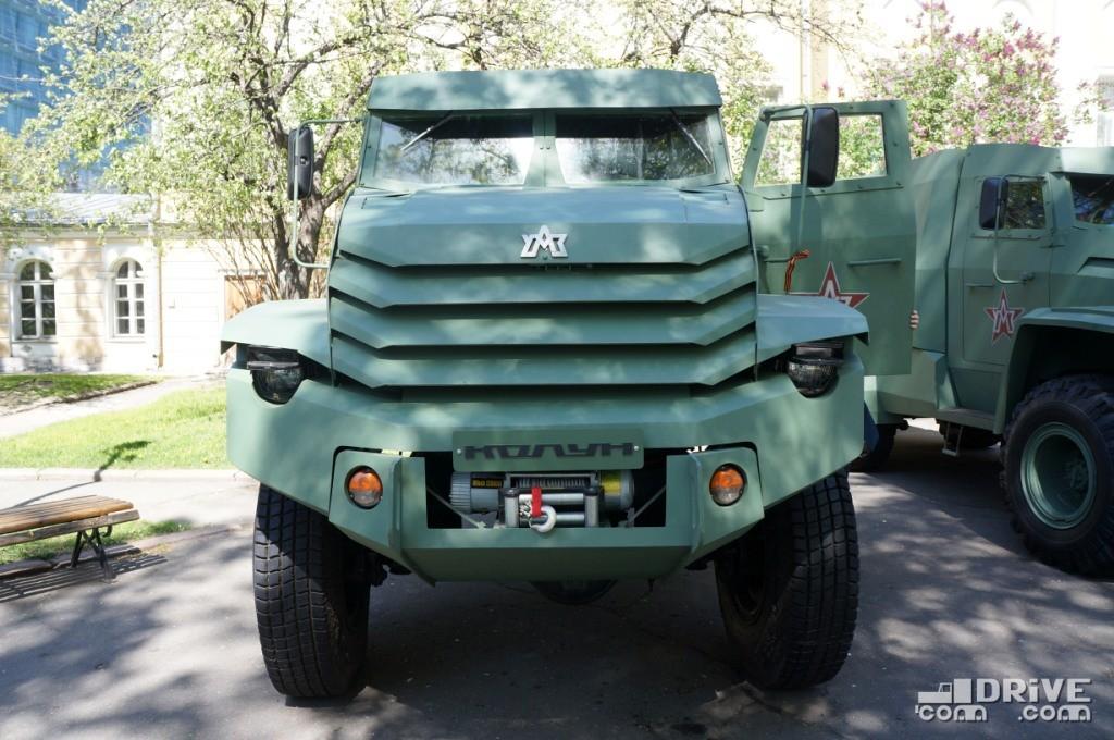 Массивный металлический бампер удачно вписан в общий образ грузовика. Радует наличие лебедки