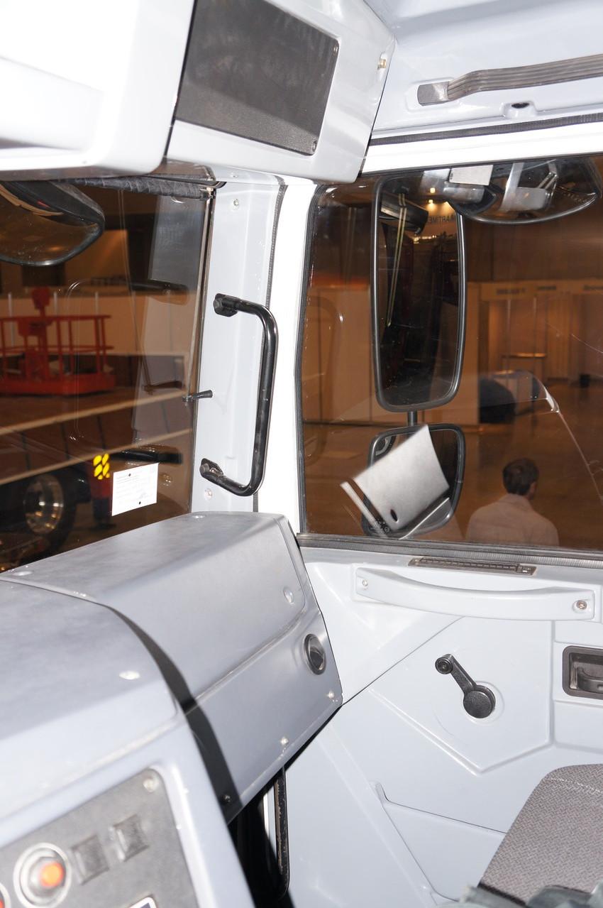 Перед пассажиром те же простые формы. В дери виден дефлектор обдува стекла