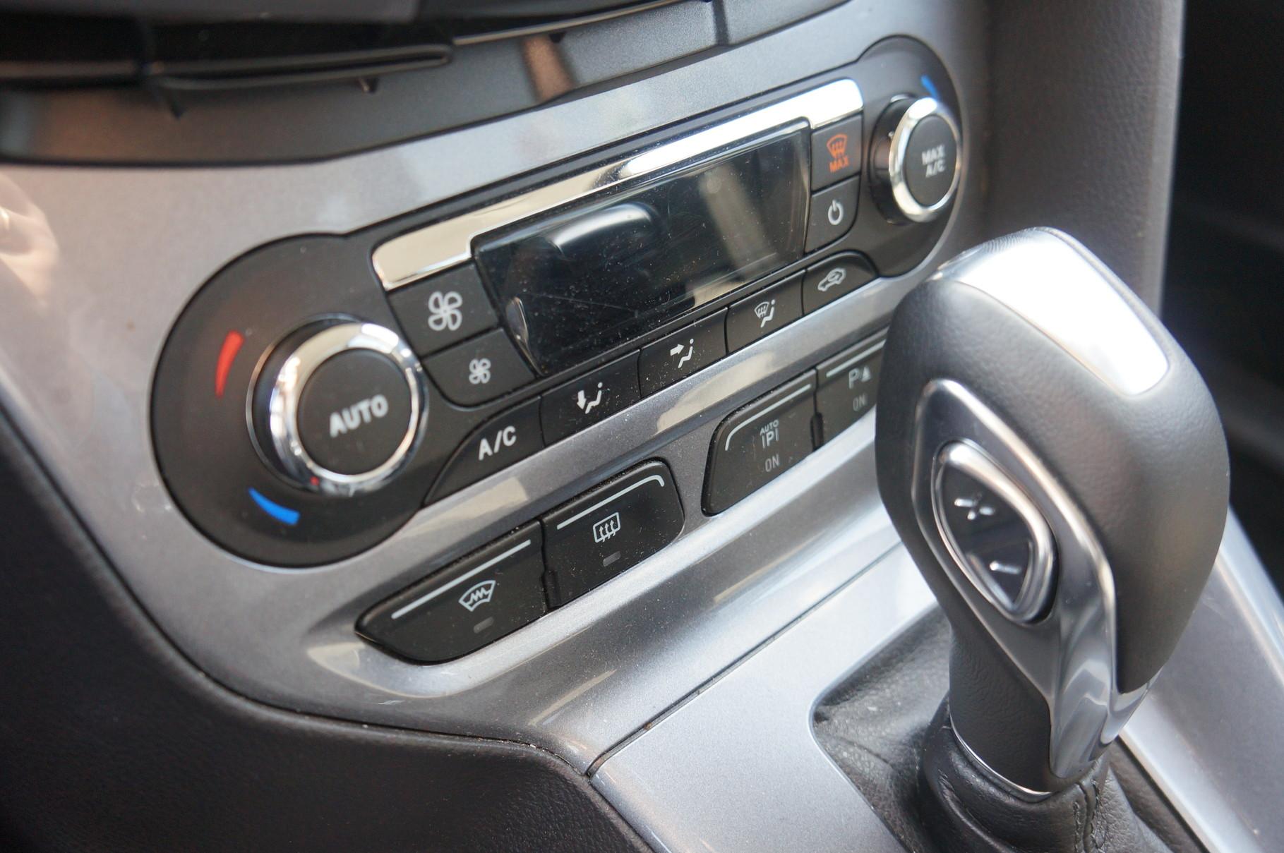 Кнопка на рычаге АКП позволяет переключать передачи самостоятельно