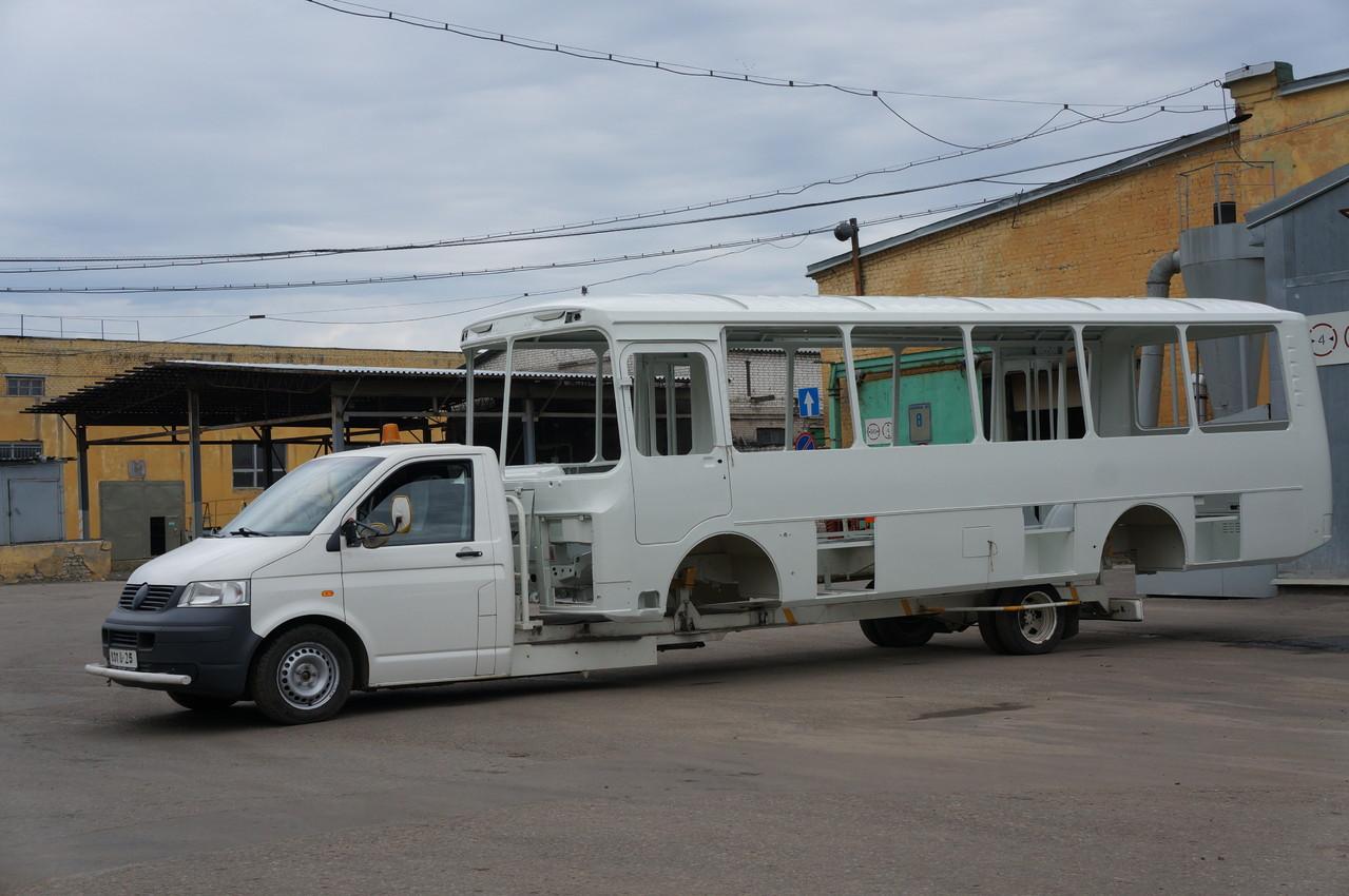 А если надо, он может перевозить и длинные кузова ПАЗ-4234. Обратите внимание - задний свес кузова всегда на одном месте