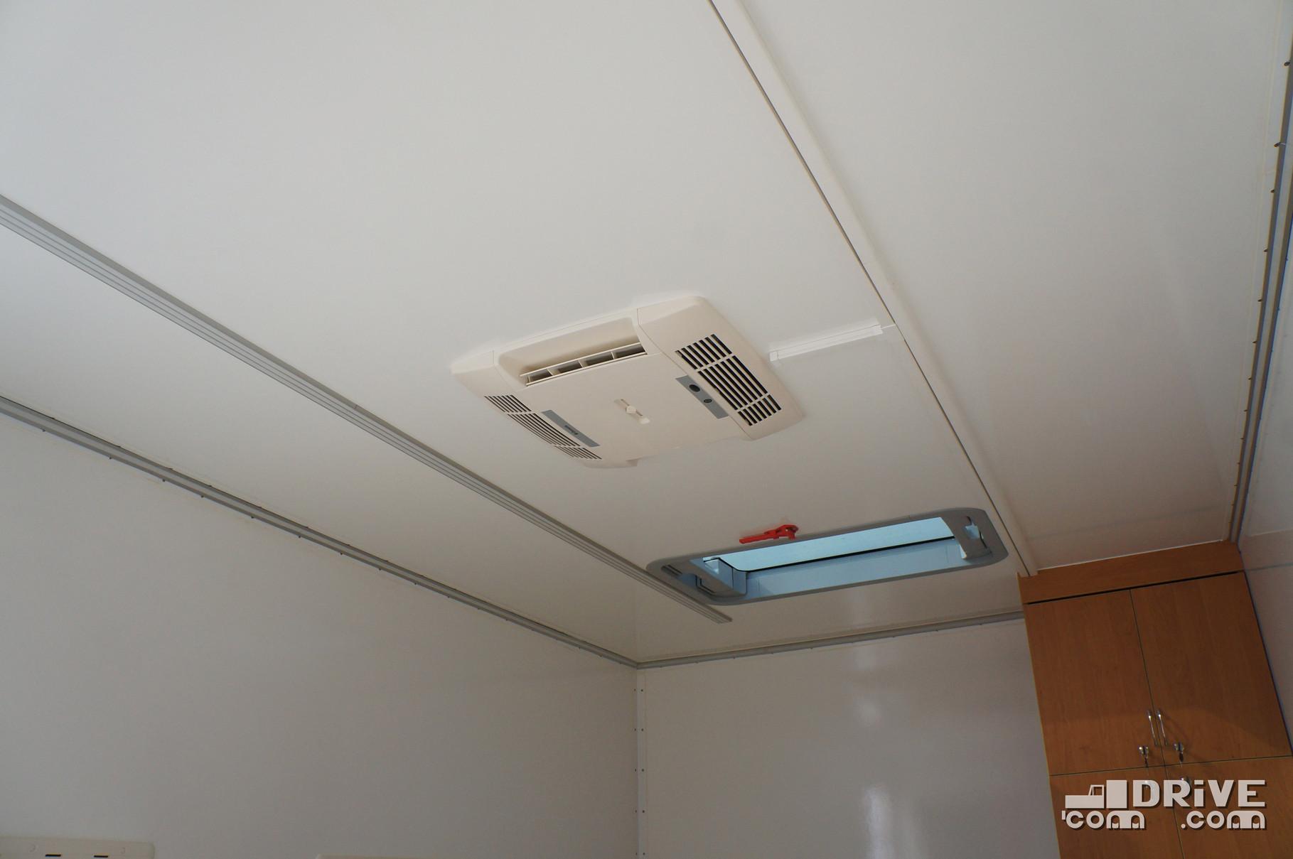За климат внутри переговорной части отвечает кондиционер. За естественное освещение - 4 окна (по два на борт) и прозрачный люк на крыше
