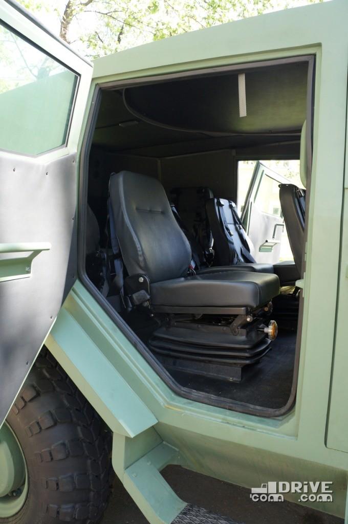 Навеска дверей на задних петлях упрощает посадку на второй ряд сидений через зауженный снизу дверной проем