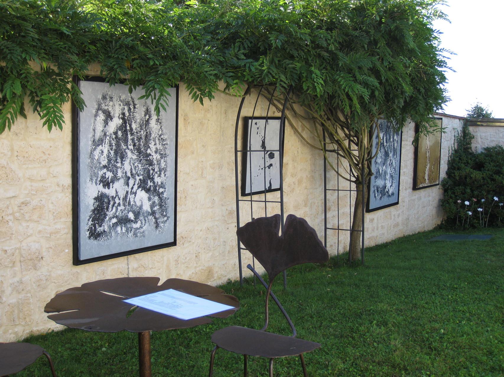 Toiles / Christian Teixido et table et chaises / Claire Lioult