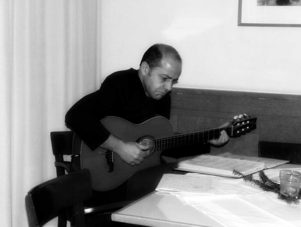 Sozialpädagoge Thomas Heel sorgte mit seiner Gitarre für die passende musikalische Umrahmung der Veranstaltung