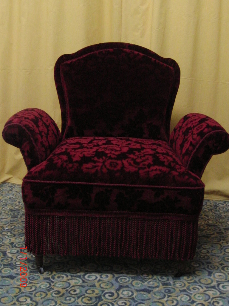 der gleiche Sessel alternativ mit Fransen verziert