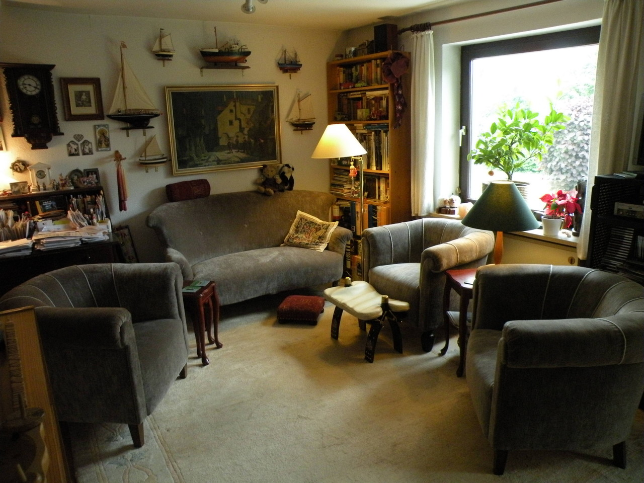 Neu bezogenen Wohnzimmergarnitur 3 Sessel, Hocker und Sofa