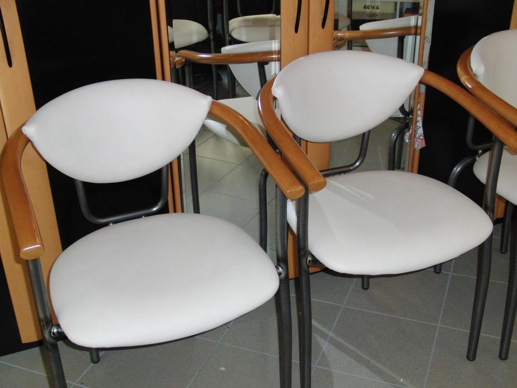 Stühle mit Kunstleder bezogen