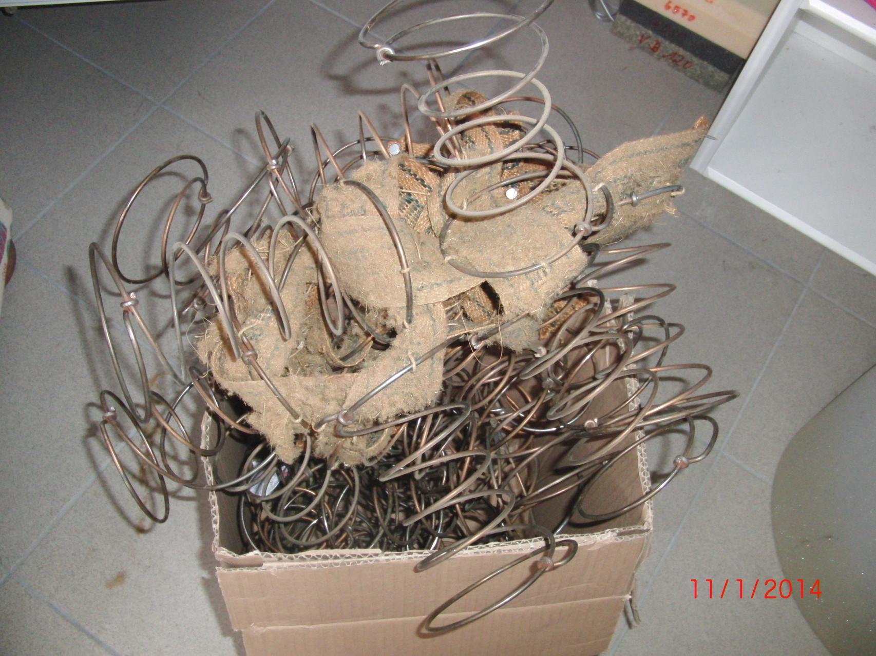 Am Anfang muss die komplette alte Polsterung samt Federn bis zum Holzgerüst entfernt werden