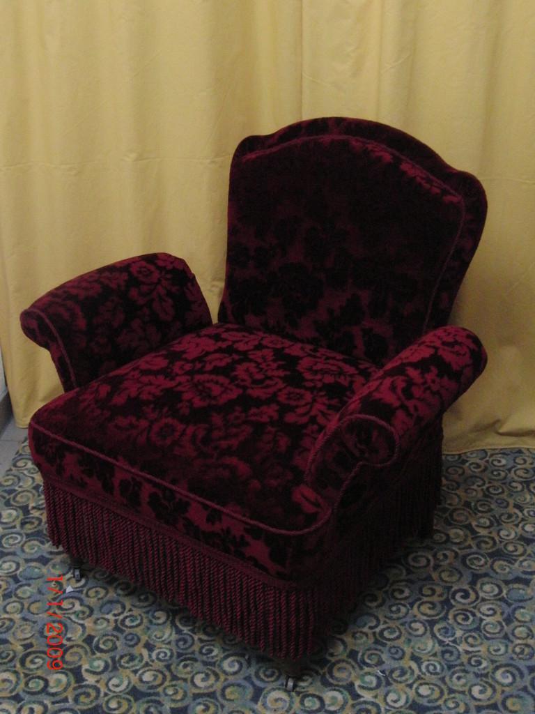 Stuhl mit Fransen verziert