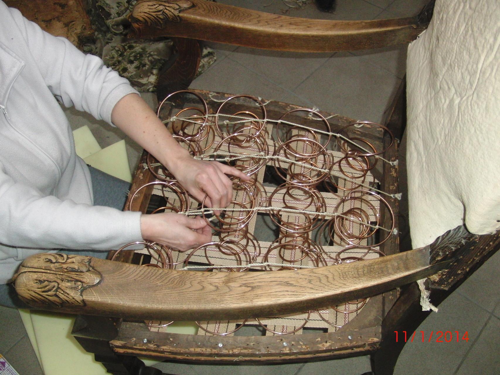 Mittels verschiedener Knotenarten (Schlinge, Bohne, Doppelbohne etc.) werden die Ferdern individuell angepasst.