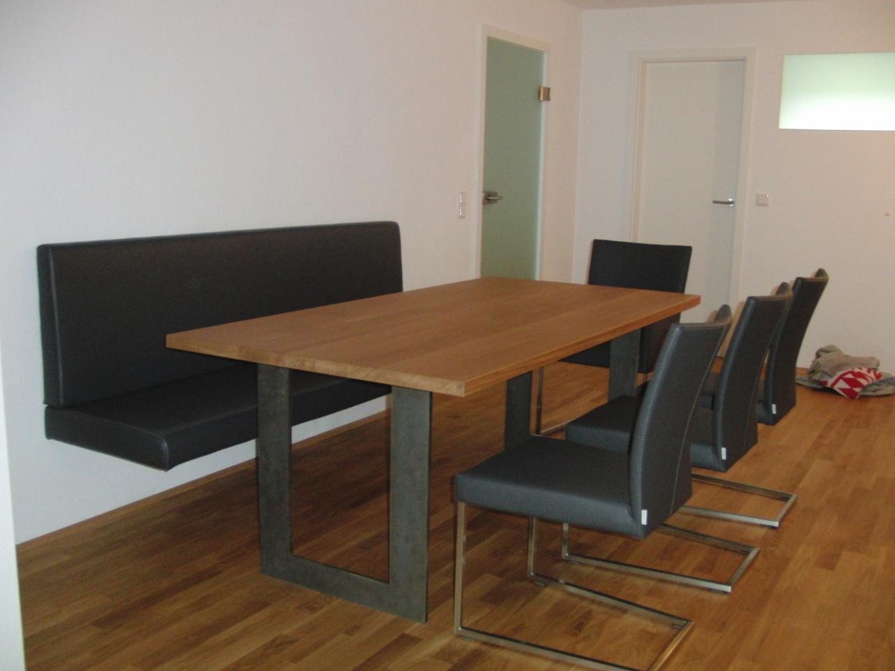 Eckbank und Stühle mit echtem Leder bezogen