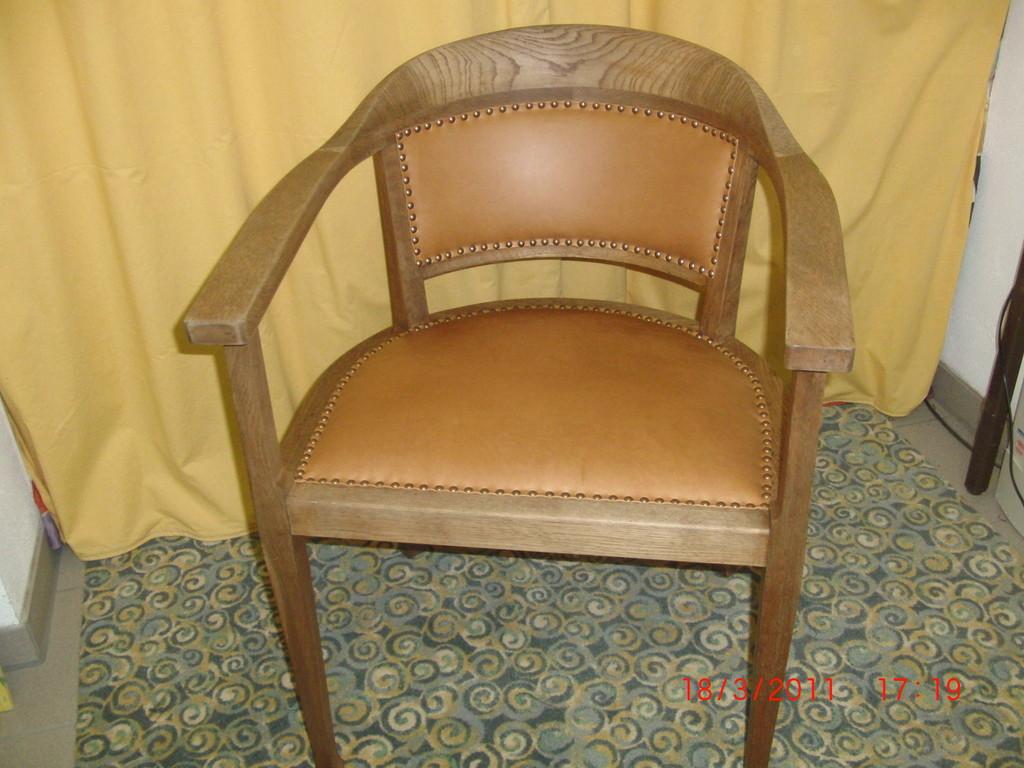 Stuhl mit echtem Leder bezogen und neu aufgepolstert