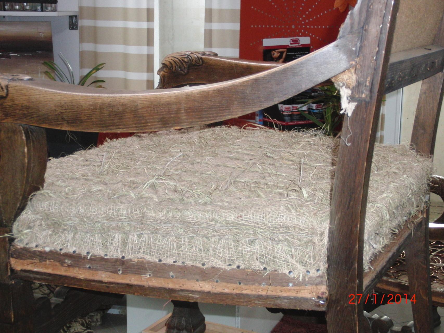 Erst dann kann mit der eigentlichen Garnierung des Stuhls begonnen werden