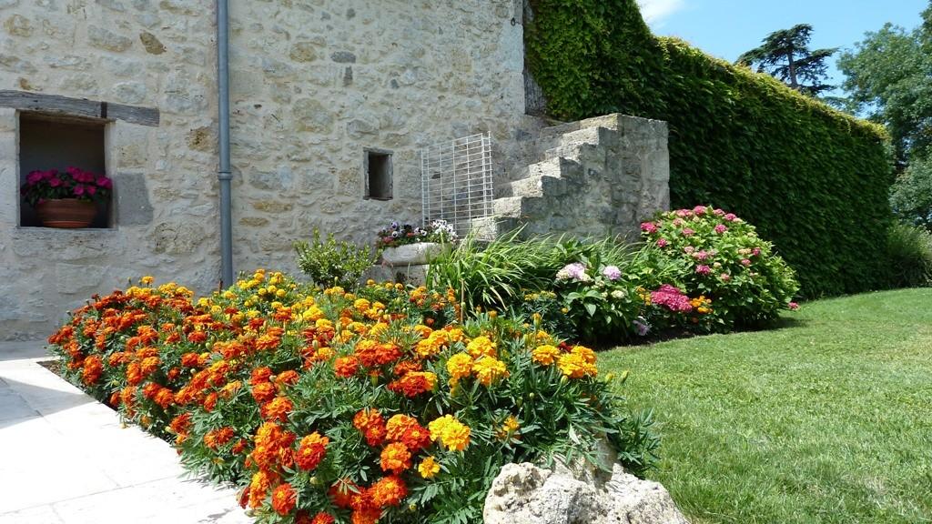 Des fleurs multiples et variées agrémentent les extérieurs