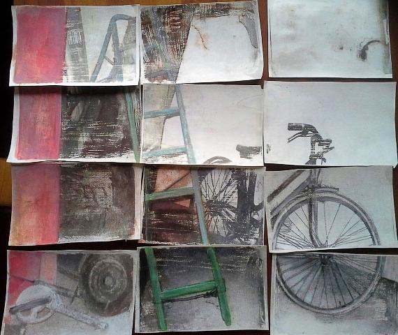 BINNENKIJKJE IN OUDE SCHUUR, acrylverf, inkt, medium, ijzeren ringetjes- op papier ca. 70 bij 65 cm.
