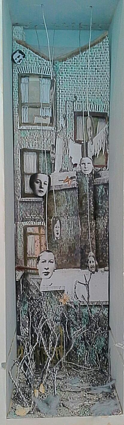 RILLINGTON ROAD NUMBER TEN, acrylverf, medium, acrylstiften en oude bewerkte foto's  in een houten kist ca. 35 bij 15 cm.