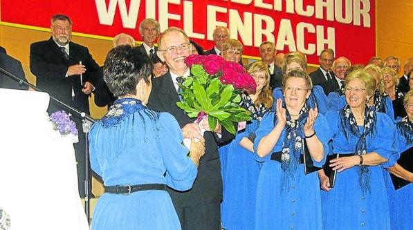 Mit roten Rosen wurde Reinhold Hloschek von seinen Chordamen (links Elfriede Gemander) nach dem Konzertam Samstagabend verabschiedet.