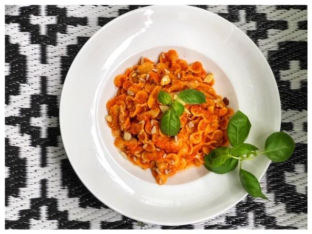 Gegrillte Tomatensauce mit frischen Tomaten und Oliven