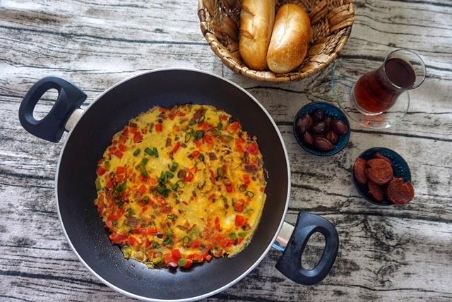 Tuerkisches Ruehrei Menemen Rezept - das Bauernfruehstueck