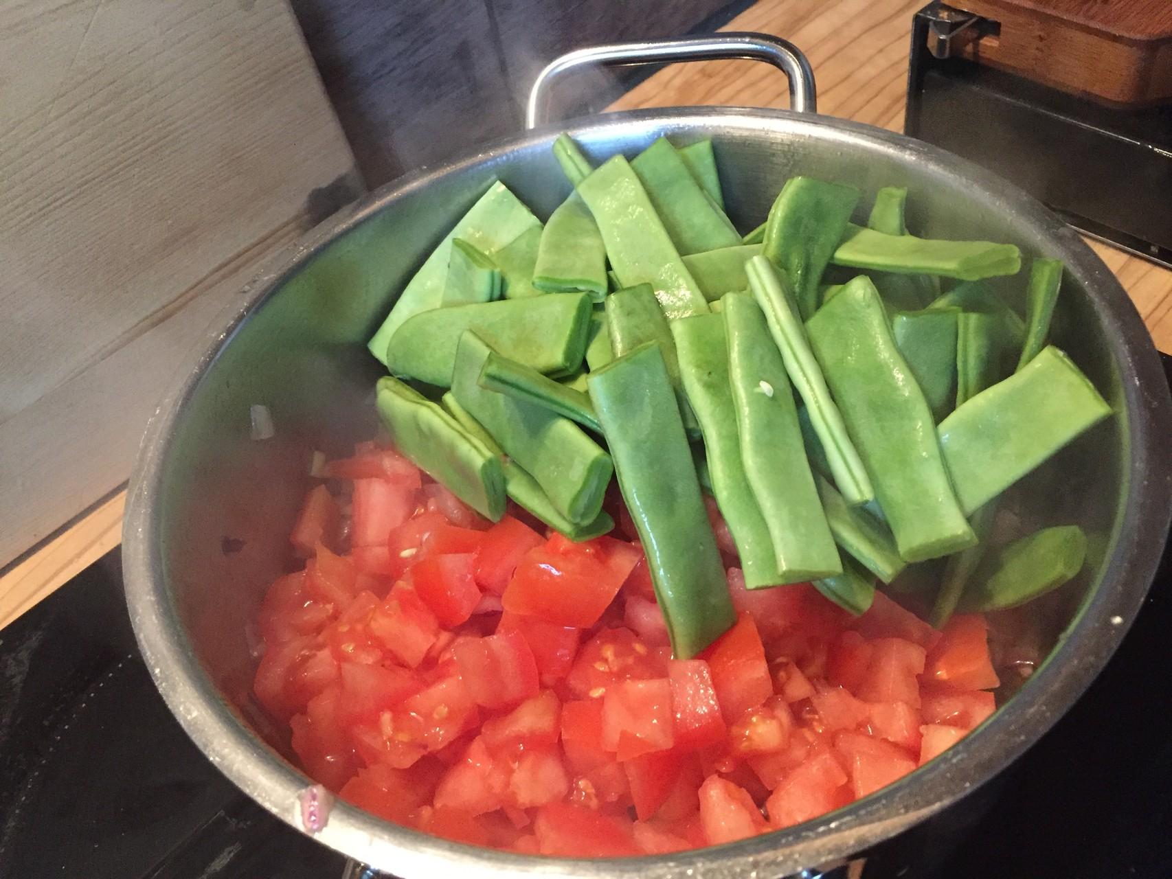 Gemüse hineingeben und Tomatenmark nicht vergessen