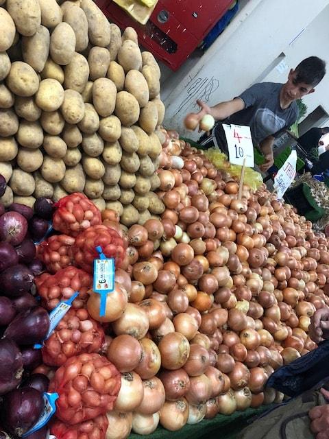 Zwiebeln auf dem Markt in Izmir