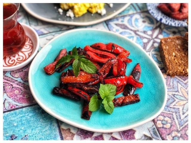 Gegrillte Paprika mit Olivenoel zum Fruehstueck l Paprika Tuerkisch