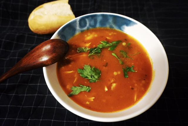 original Rezept fuer tuerkische Tomatensuppe mit Nudeln und Huhn l Arpa Serhiye Corbasi
