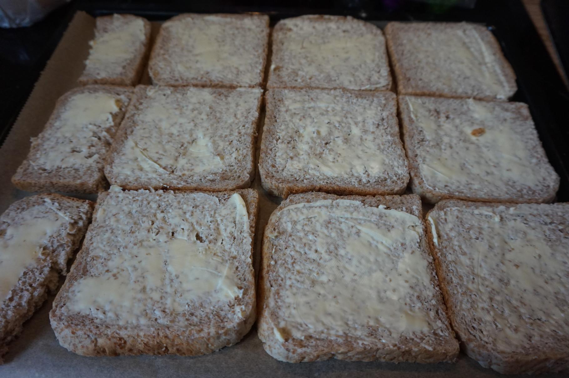 mit Butter bestreichen - schnelle Toastpizza