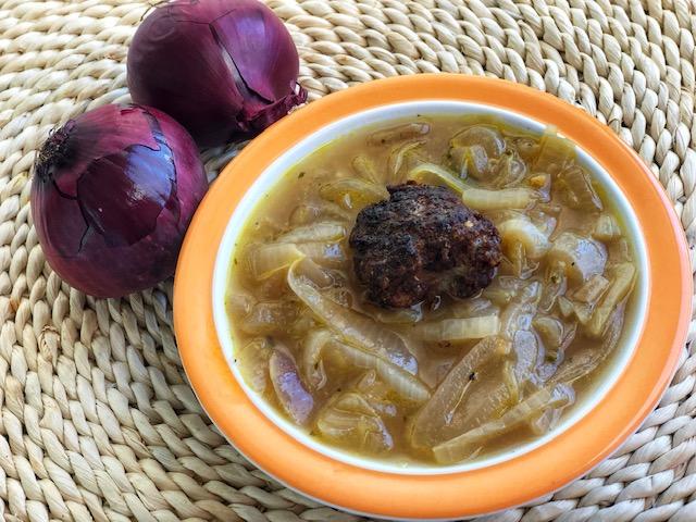 schnelle franzoesische Zwiebelsuppe mit Parmesan Hackbaellchen