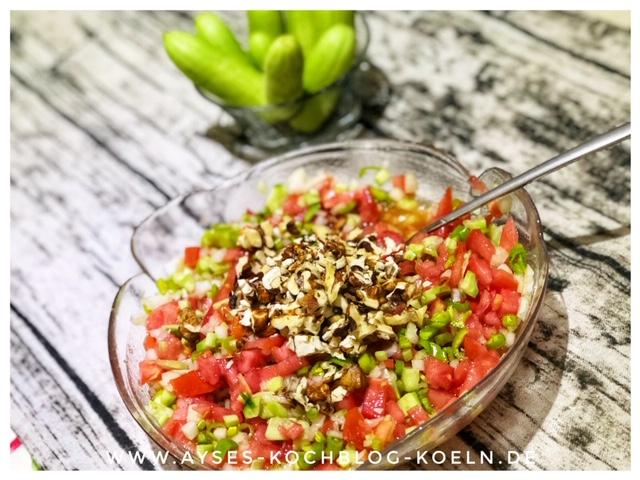 Tuerkischer Tomatensalat mit Walnuessen l tuerkischer Tomaten Gurken Salat