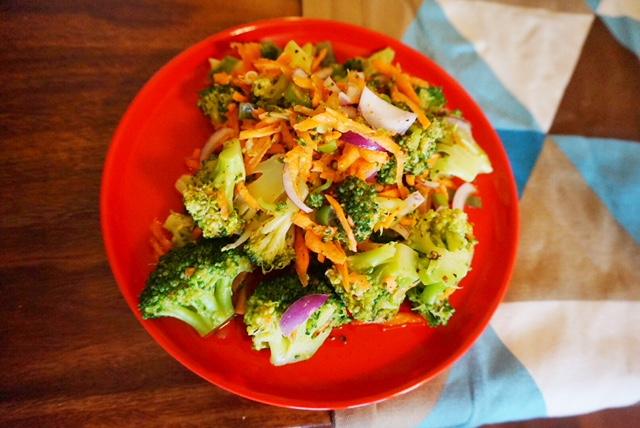 einfacher Brokkoli Salat mit  Karotten und Granatapfelsirup