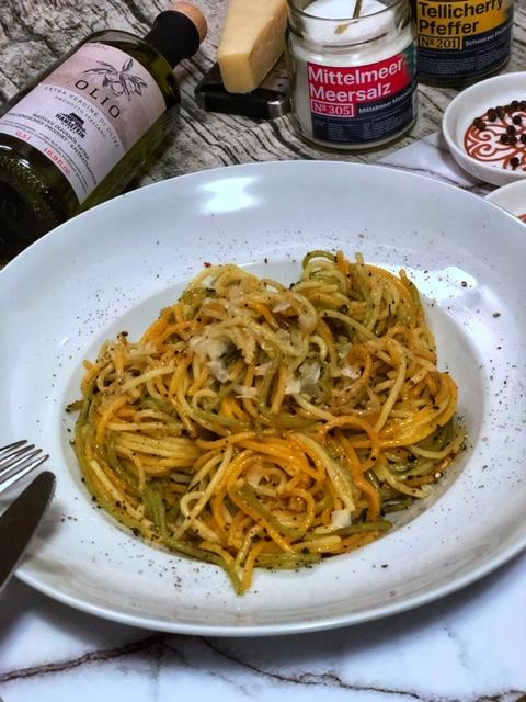 Spaghetti Pasta Cacio e Pepe mit Knoblauch - Essen zum ersten Date