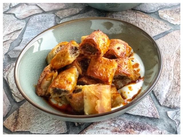 Manti aus dem Ofen mit roter Sauce