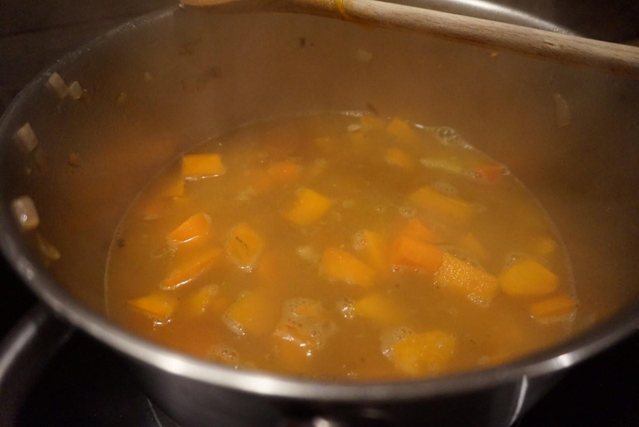 Kuerbis Moehren Suppe mit Kartoffeln und Apfelsaft