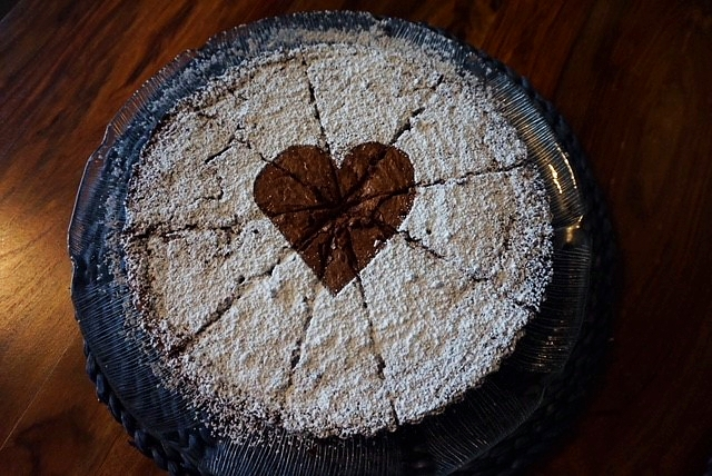 nasser Schokoladenkuchen mit Nuessen und Kondensmilch