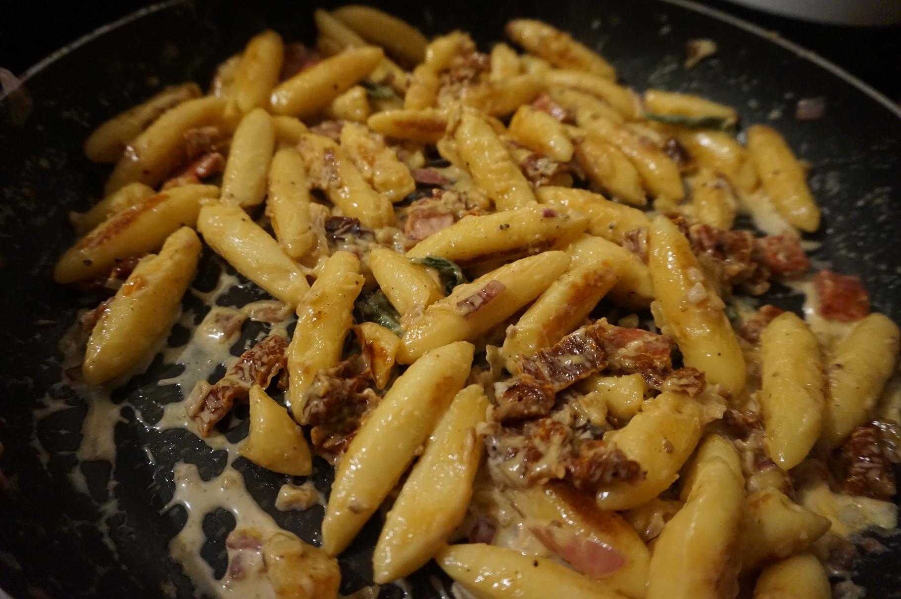 15 Min Rezept Schupfnudeln in Sahne Sosse mit getrockneten Tomaten & frischem Salbei