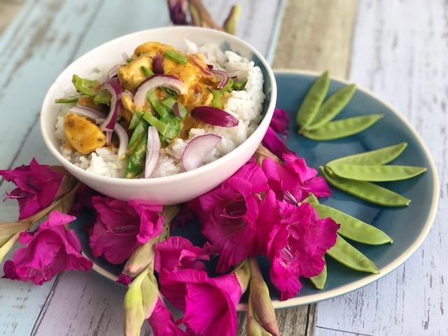 Schnelles Haehnchen Curry mit Zuckerschoten und Reis