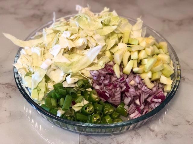 Tuerkische vegane Gemuesepfanne mit Weisskohl und Zucchini