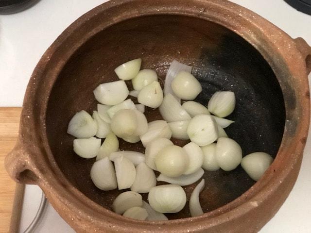 1. Die Zwiebeln in den Topf geben.