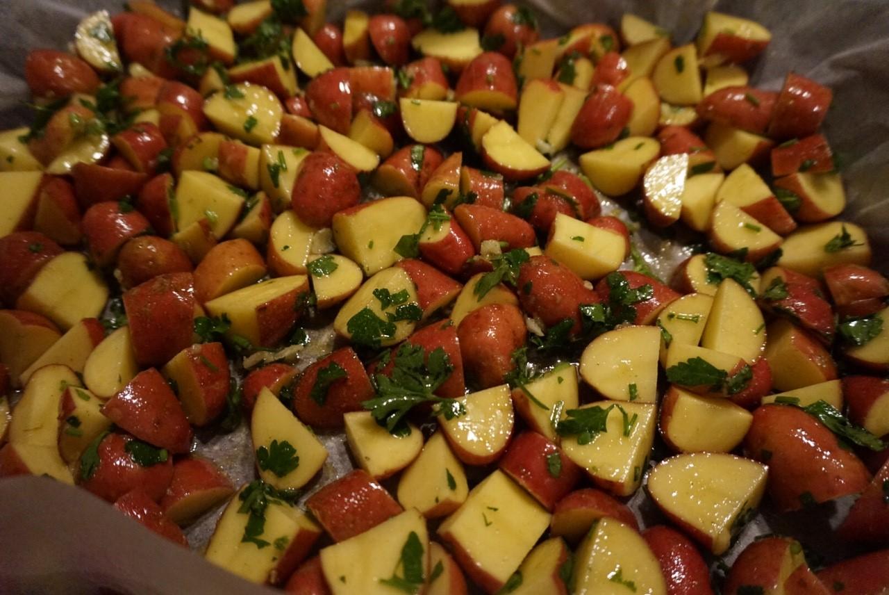 Petersilienkartoffeln aus dem Ofen mit Buletten und Sucuk