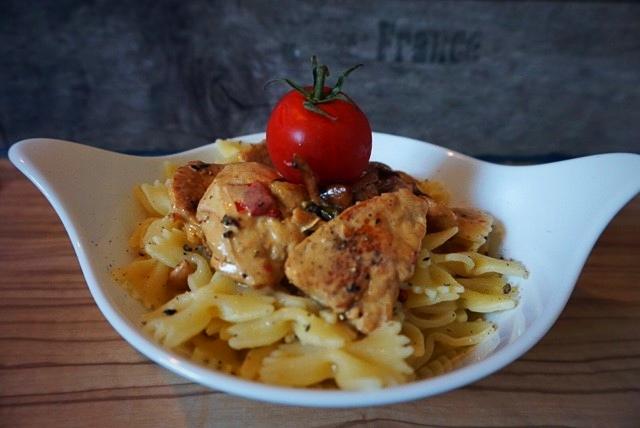 Nudeln mit mediterraner Pfifferling-Haehnchen-Sahne-Sauce