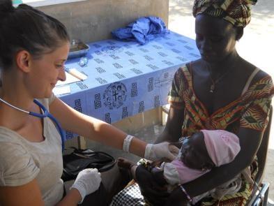 soins médicaux à un enfant