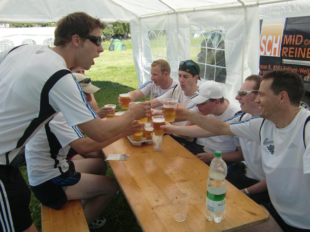 Weltrekordversuch im Bierbecher-Sammeln