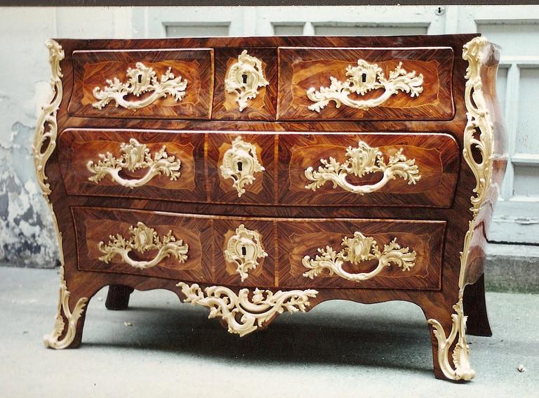 commode galbée Louis XV bois de rose et de violette