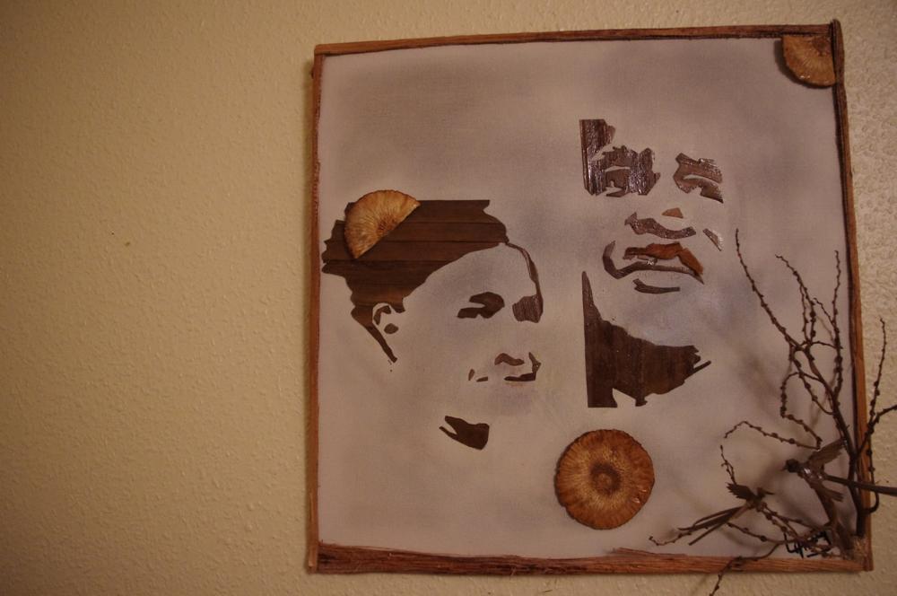 Portraits en feuilles de cocotier, cadre en feuilles de bananier